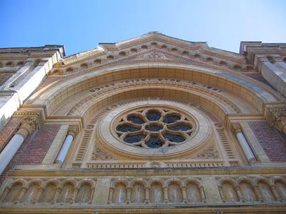 Detaliu cu rozasa situată deasupra intrării principale a Sinagogii din Fabric, Timișoara